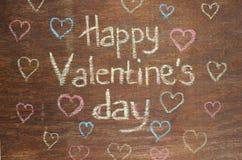 关于木背景的愉快的情人节笔记 免版税图库摄影