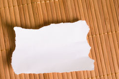 关于木背景的白色笔记 免版税图库摄影