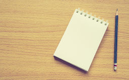 关于木背景的纸笔记与铅笔 免版税图库摄影