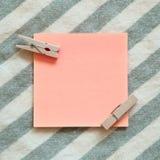 关于条纹样式背景的提示稠粘的笔记 免版税库存照片