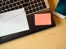 关于桌的橙色空白的笔记 库存图片
