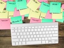 关于桌的繁忙的纸笔记 库存照片