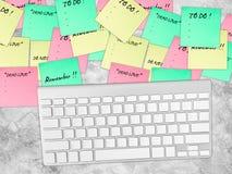 关于桌的繁忙的纸笔记 免版税库存图片
