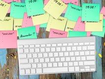 关于桌的繁忙的纸笔记 免版税图库摄影