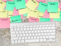 关于桌的繁忙的纸笔记 库存图片