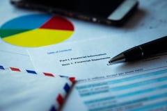 关于棕色信封和镜片,企业概念的财政决算 库存图片