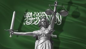 关于法律的盖子 正义Themis的神雕象与沙特阿拉伯背景旗子的  正义原始的雕象  Femida,与sc 免版税库存图片