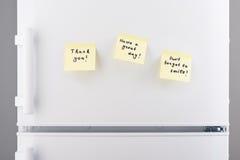 关于淡黄色稠粘的纸的逗人喜爱,可爱的笔记在冰箱 库存照片