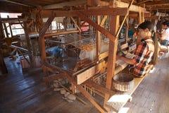 关于湖Inle缅甸的常设织布机车间 图库摄影