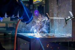 关于焊工钢的工作者 免版税图库摄影