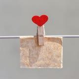 关于牛皮纸的笔记与以心脏的形式别针 免版税库存图片