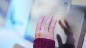 关于现代触摸屏幕特写镜头的女性纸卷和看法信息 股票录像