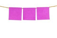 关于白色背景的桃红色空白的稠粘的笔记 免版税库存照片