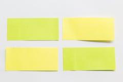 关于白色背景的绿色和黄色柱子纸笔记 免版税图库摄影