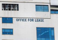关于租赁自由办公室空间的文本在大厦 免版税图库摄影