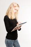 关于笔记薄的白肤金发的青少年的女孩文字笔记 库存图片