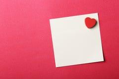 关于红色背景的华伦泰笔记 库存图片