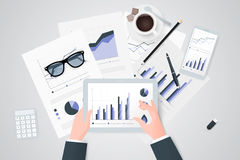 关于纸板料,现代电子和移动设备的业务报告 工作桌面顶视图 平的设计 库存照片