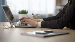 关于膝上型计算机的银行经理键入的信息,客户数据库更新,更新 影视素材