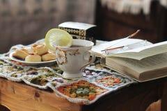 关于茶的舒适读书 库存照片
