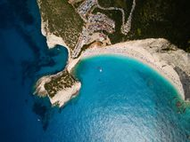 关于莱夫卡斯州、著名波尔图Katsiki海滩和蓝色海的俯视图 库存照片