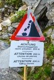 关于落的石头的一个警报信号在山 免版税库存照片
