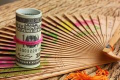 关于葡萄酒褐色木背景的美国100笔记 美国金钱流通了狂放的世界 付款的,seaving金钱,法律 免版税库存图片