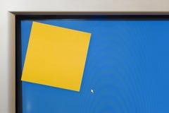 关于计算机显示器的空白的黄色之后它笔记 免版税库存图片