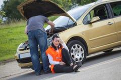 关于运输和汽车故障的概念在路 免版税库存图片