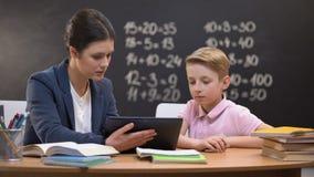 关于选项,专人上课,创新的年轻老师陈列男小学生信息 股票视频