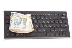 关于键盘的金钱印地安货币卢比笔记 免版税图库摄影