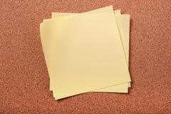 关于黄柏的几不整洁稠粘的岗位笔记上背景 免版税图库摄影
