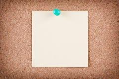 关于黄柏板的提示稠粘的笔记 免版税图库摄影