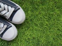 关于他的青年时期、运动鞋和乐趣的背景 免版税库存照片