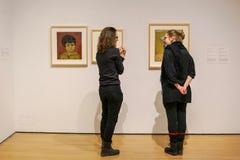 关于Françoise莎莉文绘画的讨论 库存图片