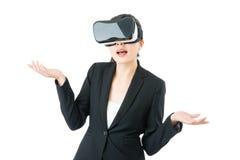 关于VR耳机玻璃设备的亚洲女商人问题 免版税库存照片