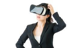 关于VR耳机玻璃设备的亚洲女商人问题 库存照片