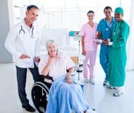 关心医疗高级采取的小组团结的妇女 免版税图库摄影