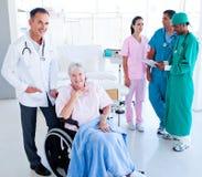 关心医疗高级采取的小组妇女 免版税库存照片