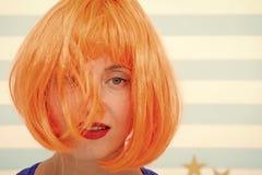 关心和复兴的化妆用品 夫人红姜假发和组成关闭  着色和治疗专业沙龙 免版税库存图片