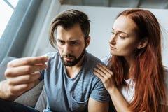 关心对她的男朋友的可爱的哀伤的妇女 免版税库存图片