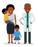 关心对孩子的健康 儿科医生和母亲有儿子和女儿的白色背景的 免版税库存图片