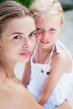 关心对少年女儿的年轻母亲画象 库存图片