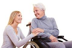 关心日年长的人妇女 免版税图库摄影