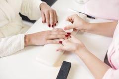 关心棉花取消拖把油漆的指甲盖钉子 图库摄影