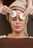 关心清洁表面皮肤妇女 免版税图库摄影