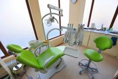 关心牙齿医生办公室工具 免版税库存照片