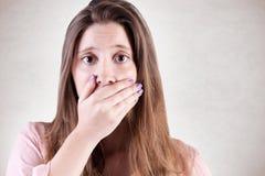 关心的妇女覆盖物嘴 免版税库存照片