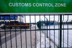 关税控制区域-一个标志用在入口的俄语和英语对车检查点 板材是绿色的在 免版税图库摄影