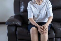 关节炎老人和年长妇女女性遭受的osteoart 免版税库存图片